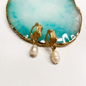 Clip-On earrings with natural pearls